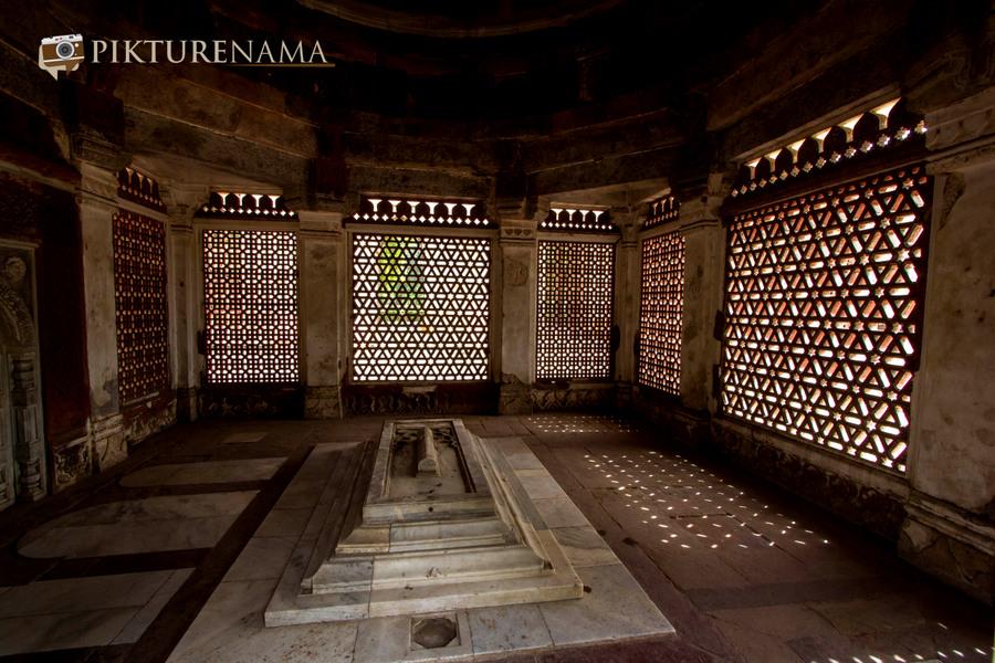 Qutub Minar and Qutub complex tomb of Imam Zamim 2