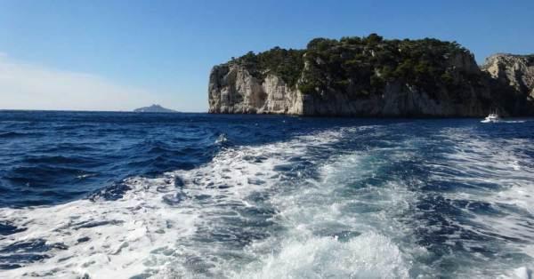 Kielspuren im Meer