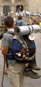 Ausrüstung eines Pilgers in Santiago 2006