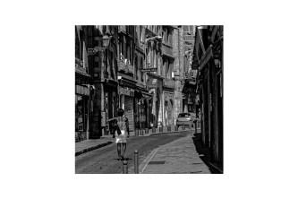 papier monochrome -Rue courbe