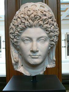 Giulia, figlia di Tito ed amante di Domiziano, celebre anche per i capelli ricci
