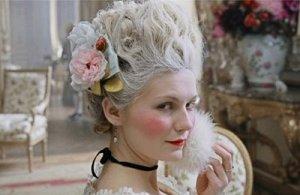 María Antonieta con el pelo blanco, según la moda del siglo XVIII (de la película María Antonieta,2006)