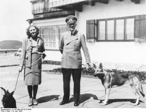 Hitler ed Eva Braun in compagnia dei loro amati cani in una foto del 1942 al Berghof
