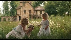 """Marie Antoinette com sua filha Maria Teresa Carlotta (cena do filme Marie Antoinette, 2006). La regina ebbe anche almeno tre figli """"adottivi"""""""