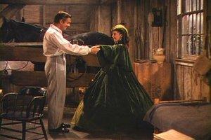 Una scena di Via col vento. Il vestito verde indossato da Vivien Leigh/Rossella O'Hara è tra quelli visibili alla mostra