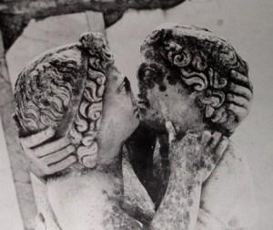 Un bacio tra antichi romani. Statua di Amore e Psiche