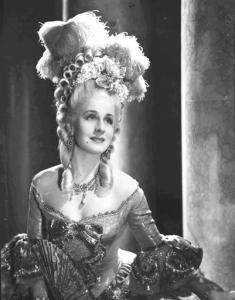 """Norma Shearer in """"Maria Antonietta"""" (1938). La regina di Francia amava indossare spesso i diamanti"""