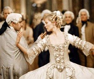 """Una invitación a la corte de Versalles representa un compromiso significativo. Escena de la película & quot; María Antonieta"""""""