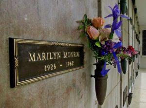 La tomba di Marilyn Monroe all'interno del Westwood village memorial park cemetery di Los Angeles (USA)