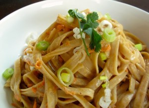 Noodles con salsa de almendra