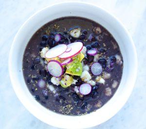 Pozole con frijol negro, sopa super mexicana y fácil de hacer.