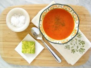 Sopa de tomate y pimiento, vegana deliciosa y lista en 15 minutos o menos.