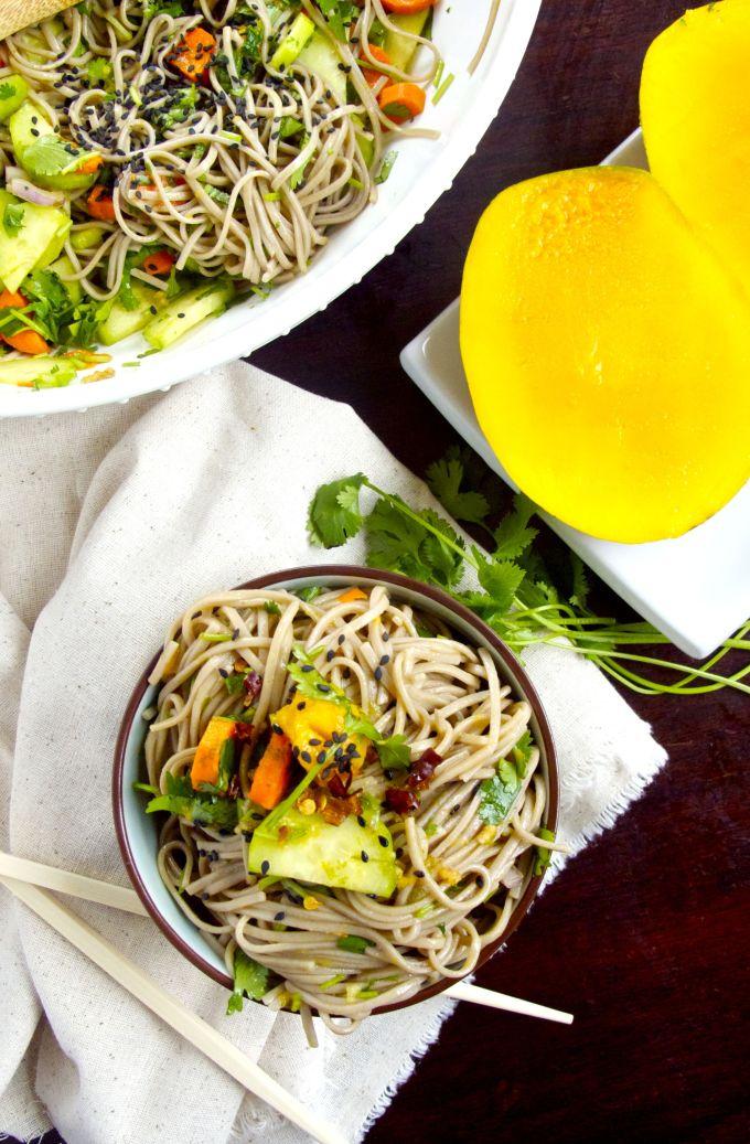 Soba noodles con verduras crudas y