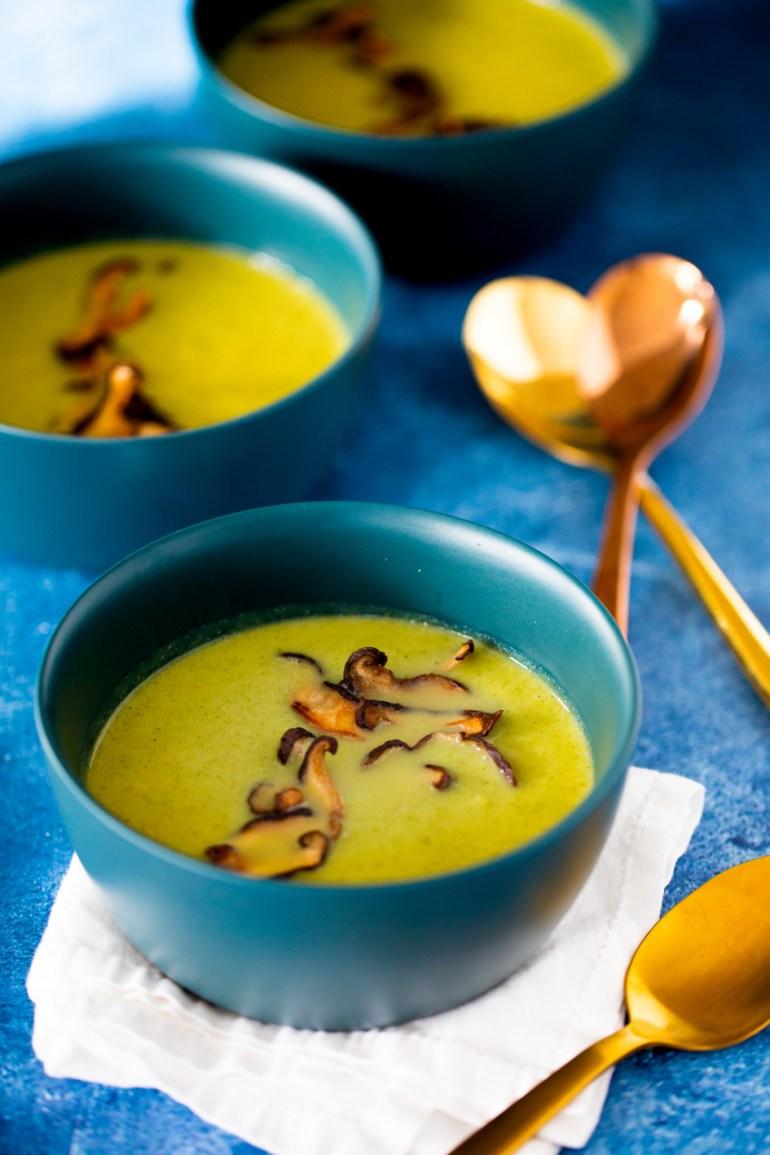 Sopa de brocoli con chips de shitake