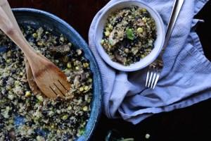 Receta de quinoa a la mexicana con champiñones, elote, chile poblano y frijoles negros.