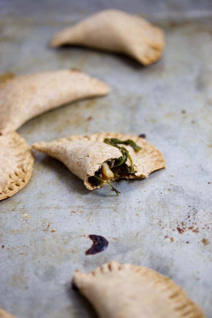 Empanadas de champiñón y hojas verdes