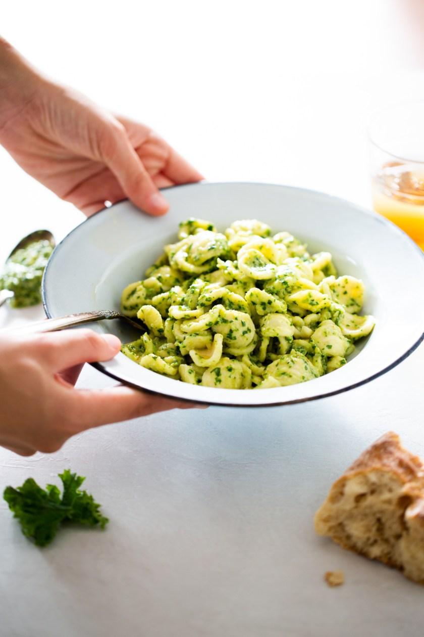 plato con pasta con pesto de kale