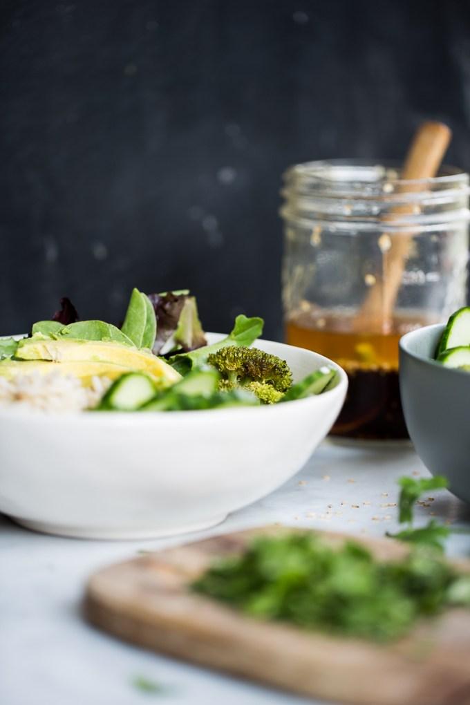 Bowl de arroz integral verduras con aderezo de limón y ajonjolí.