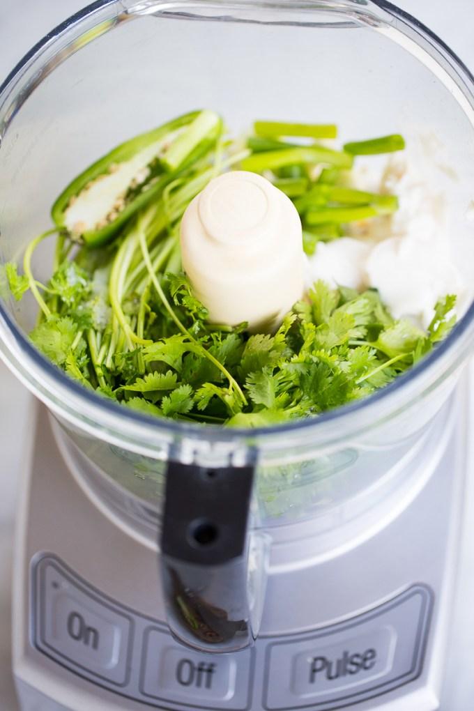 cilantro y chile en el tazon del procesador.
