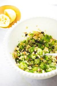 Ensalada de brócoli con manzana, almendras y pasitas.Con una vinagreta super simple de mostaza.