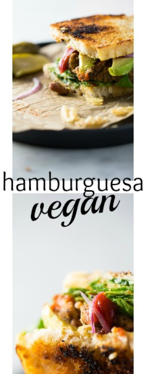Hamburguesa vegan, hecha con frijol, papa, champiñones y otros ingredientes sorpresa.