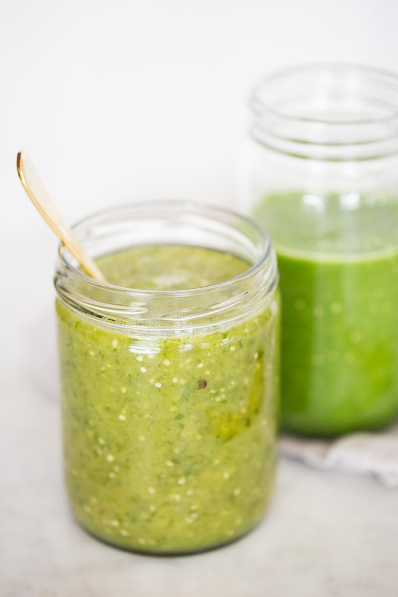 frasco con salsa verde cocida