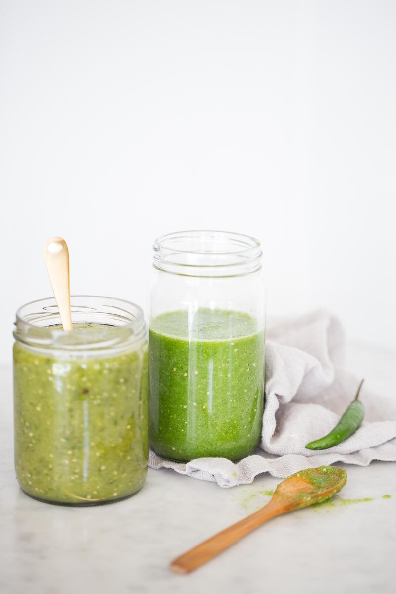 Salsa verde mexicana de dos maneras, cruda y cocida.