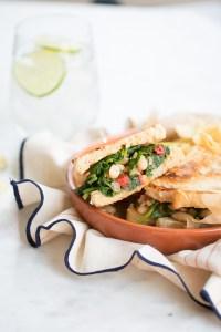 Sandwich de kale, alubia y pimiento rojo.