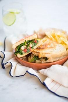 Sandwich de kale, alubia y pimiento rojo.Sanwich fácil , deliciosos y vegano.