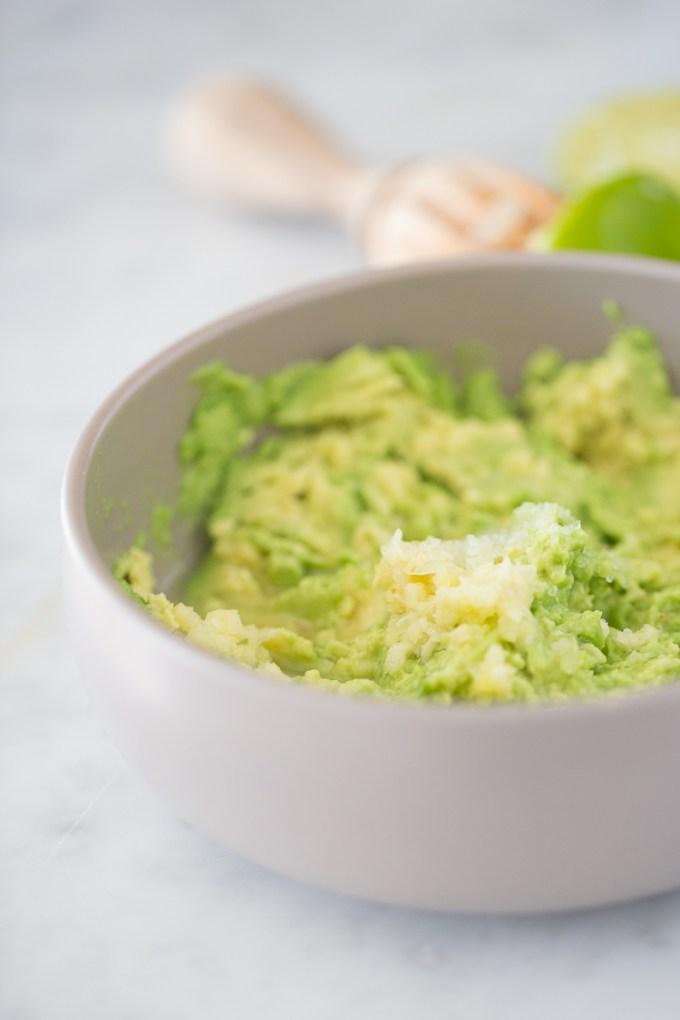 Receta de guacamole con ajo y limón. Super rica y poderosa en nutrición. /Garlic and lime guacamole.