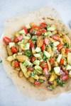 Receta de ensalada vegana de papas rostizadas con chile anch y pico de gallo con aguacate.