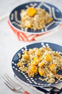 Ensalada de quinoa y calabaza delicata, vegana y perfecta para la cena de acción de gracias.