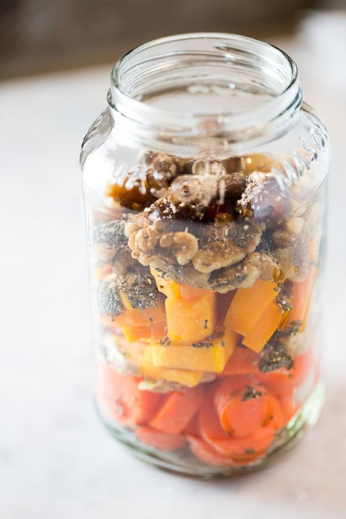 Ingredientes para hacer smoothie naranja con sabor a pastel de zanahoria.