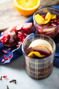 Receta de vino con especies, vino tinto con especies y jugo de manzana. Mulled wine