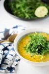 Receta de sopa de lentejas rojas con kale salteada, o cualquier otra hoja verde.
