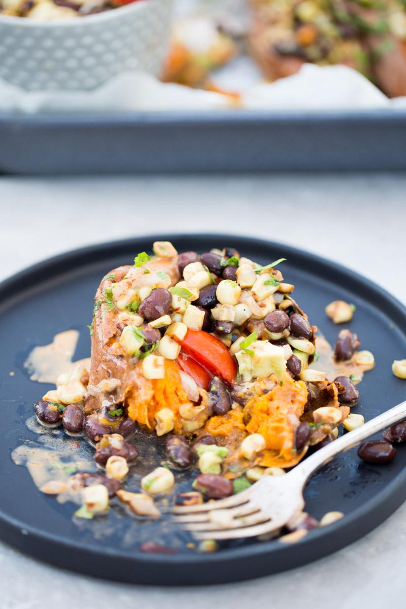 Deliciosa recta de camote relleno con ensalada de frijol negro, aguacate y elote.