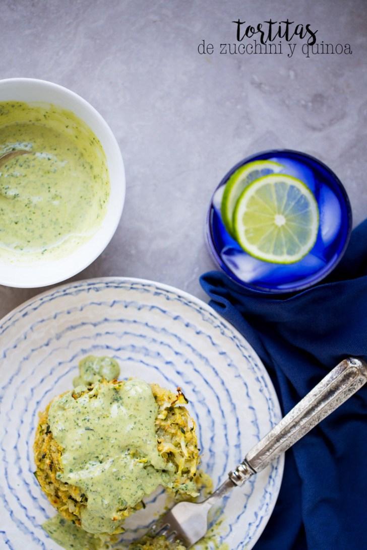 Receta de tortitas de zucchini (calabacita) con quinoa y mayo-pesto. Esta es una idea perfecta para los niños que no comen tantas verduras, te prometo que les encantan.