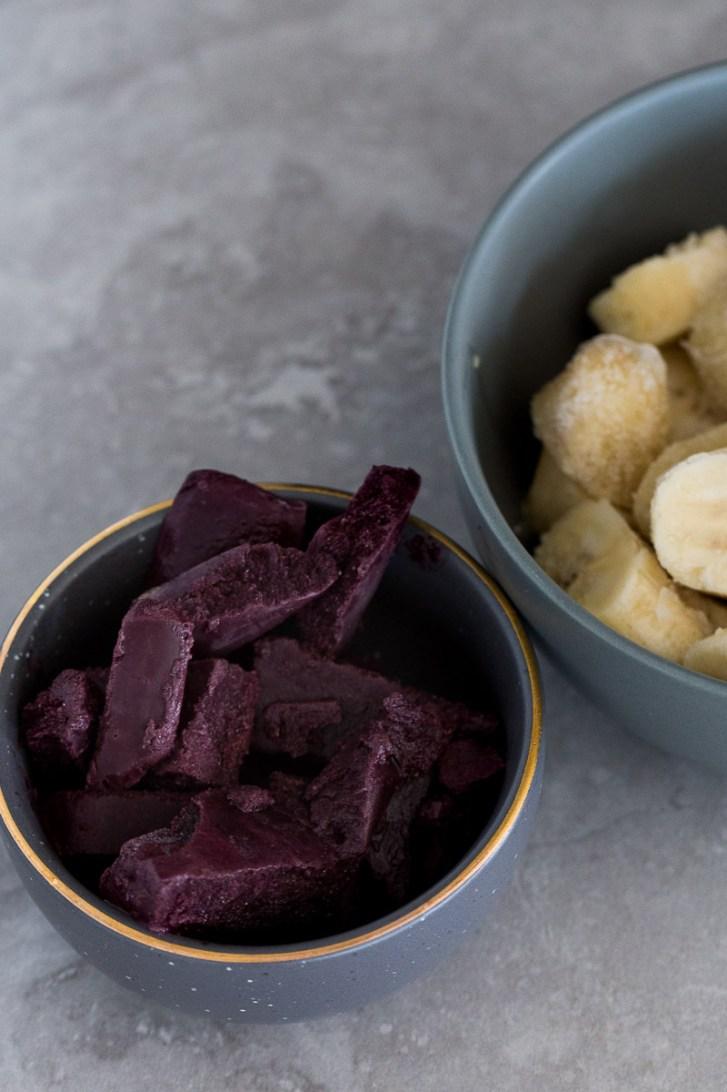 tazón con acai y plátano congelado