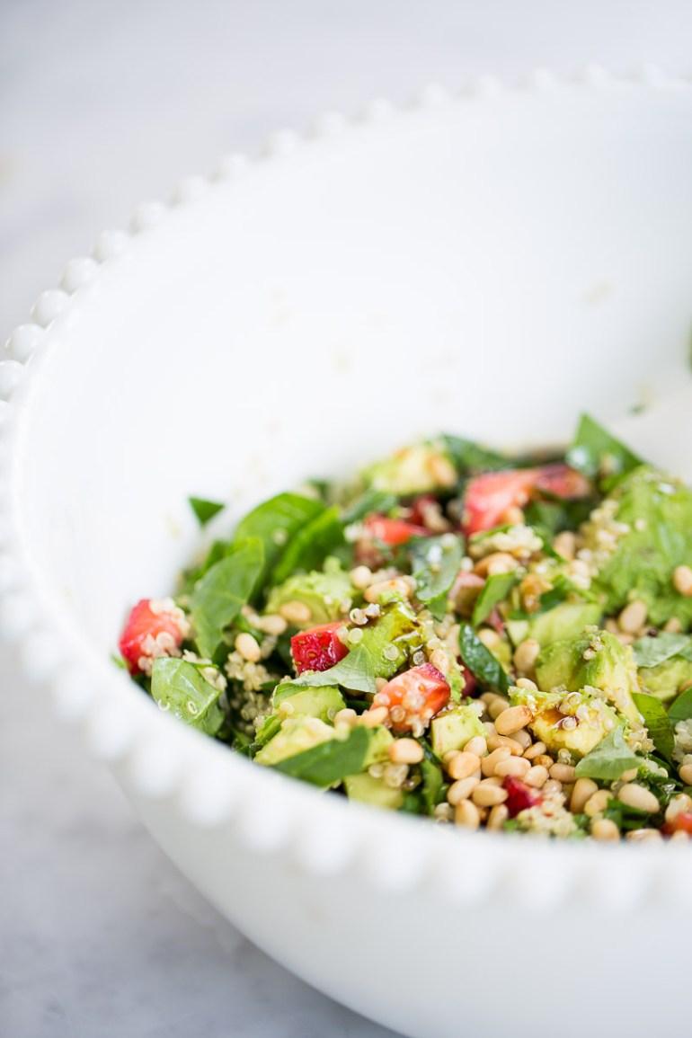 Ensalada de verano con fresas, aguacate y quinoa.p&v