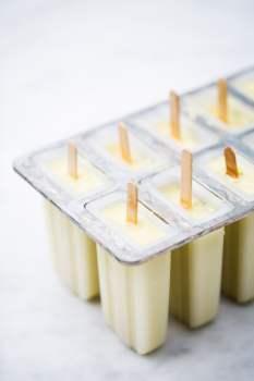 Receta de paletas verdes heladas de aguacate y limón.
