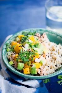 Receta vegana de poke bowl con mango y aguacate.