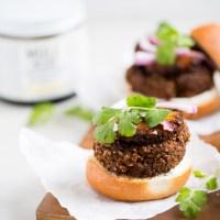 Hamburguesas de frijol con mole + piña asada