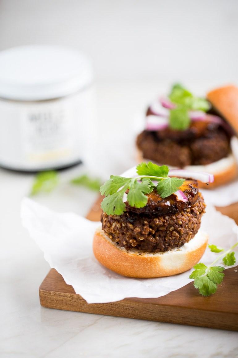 Receta de hamburguesa de frijol con mole y piña asada. Hamburguesa vegana con sabores mexicanos.