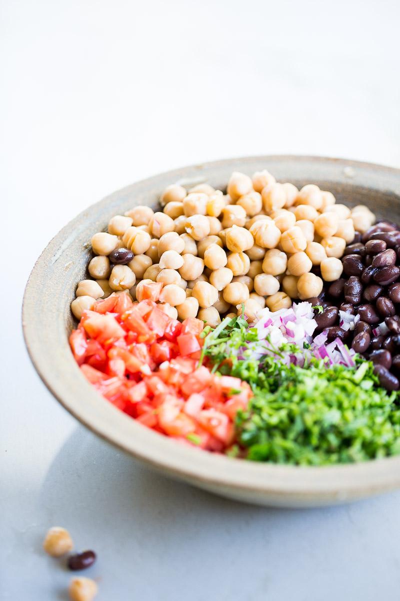 Receta de ensalada vegana, ensalada mediterranea, ensalada de garbanzo y frijol negro.
