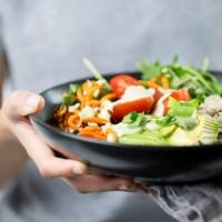 Bowl de verduras y arroz con crema de chile poblano.