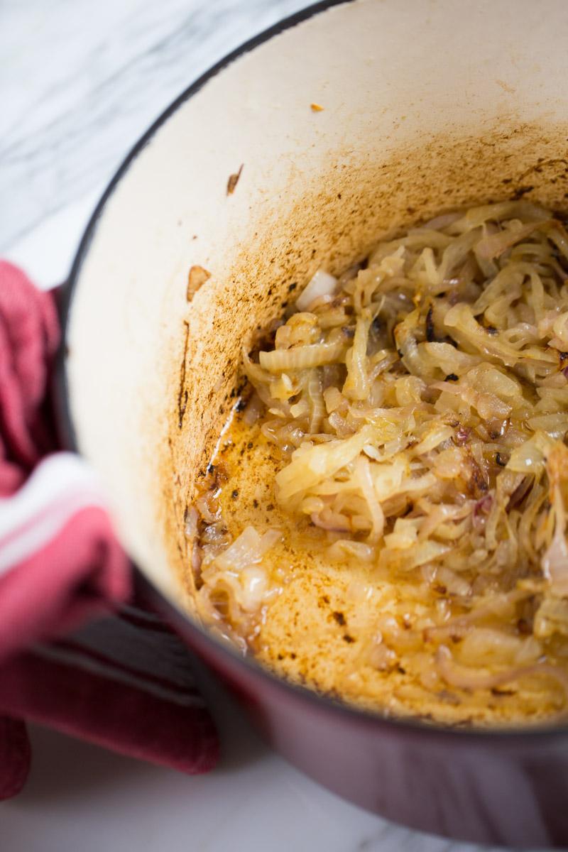 Cebollas caramelizadas para hacer sopa
