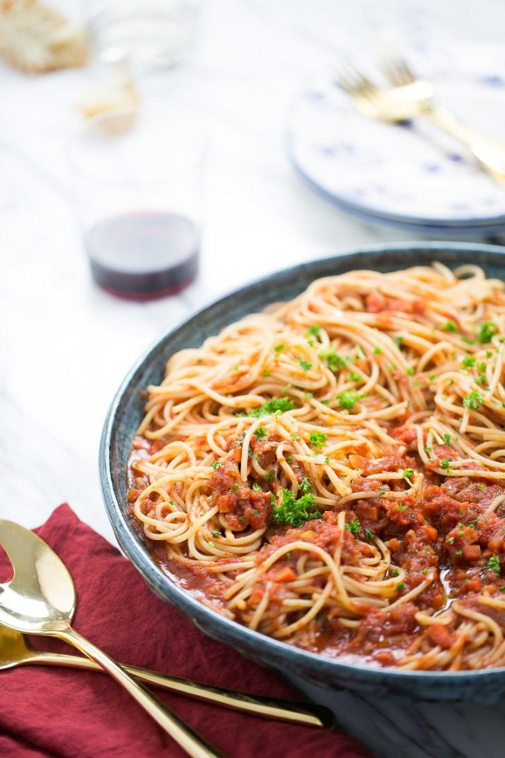 ragu de verduras con pasta en un platon