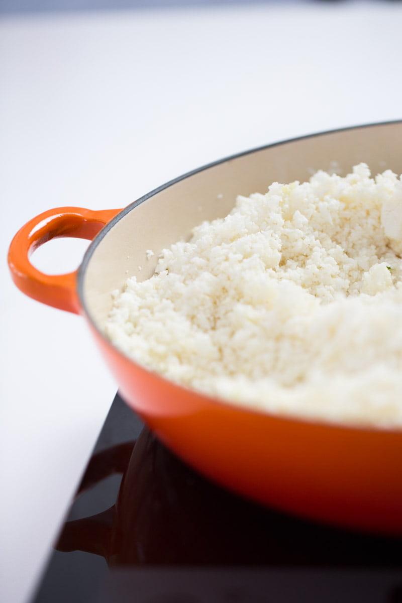 arroz de coliflor en un sarten de hierro forjado