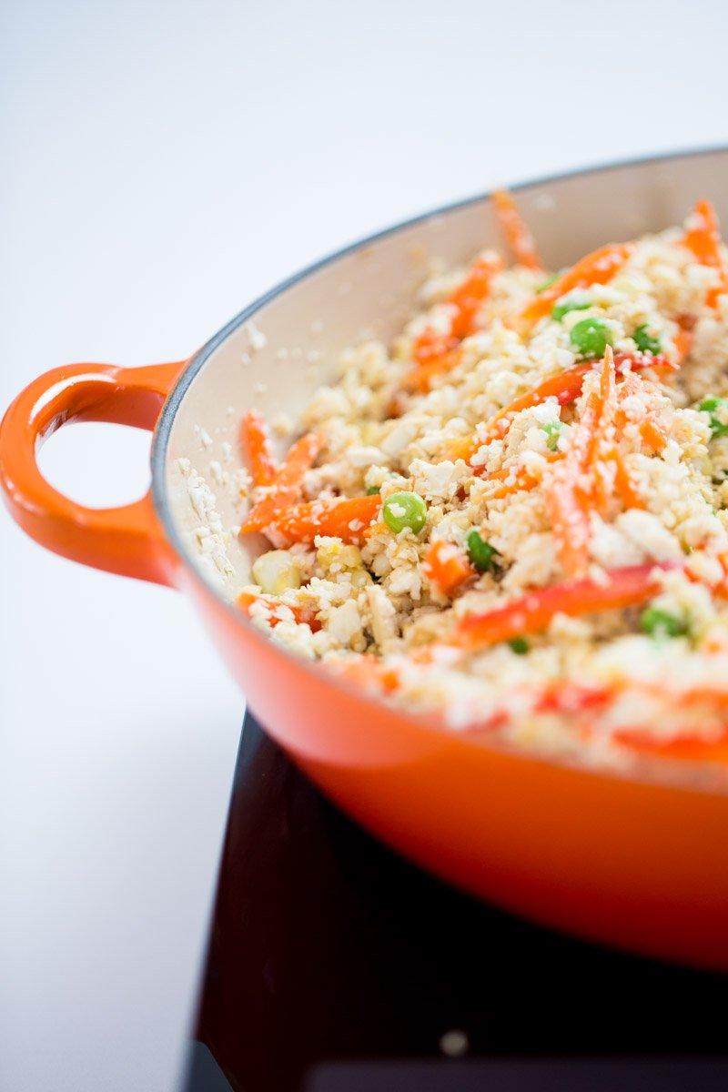 arroz frito de coliflor en el sarten