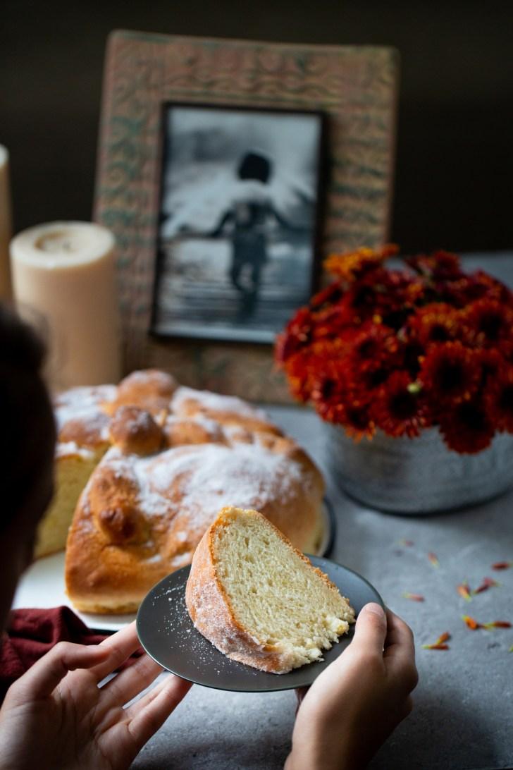 Altar de muertos con pan de muertos